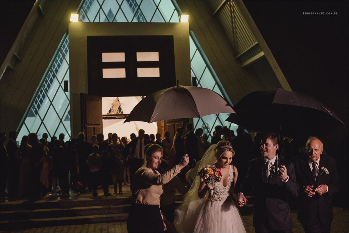saida da noiva com chuva