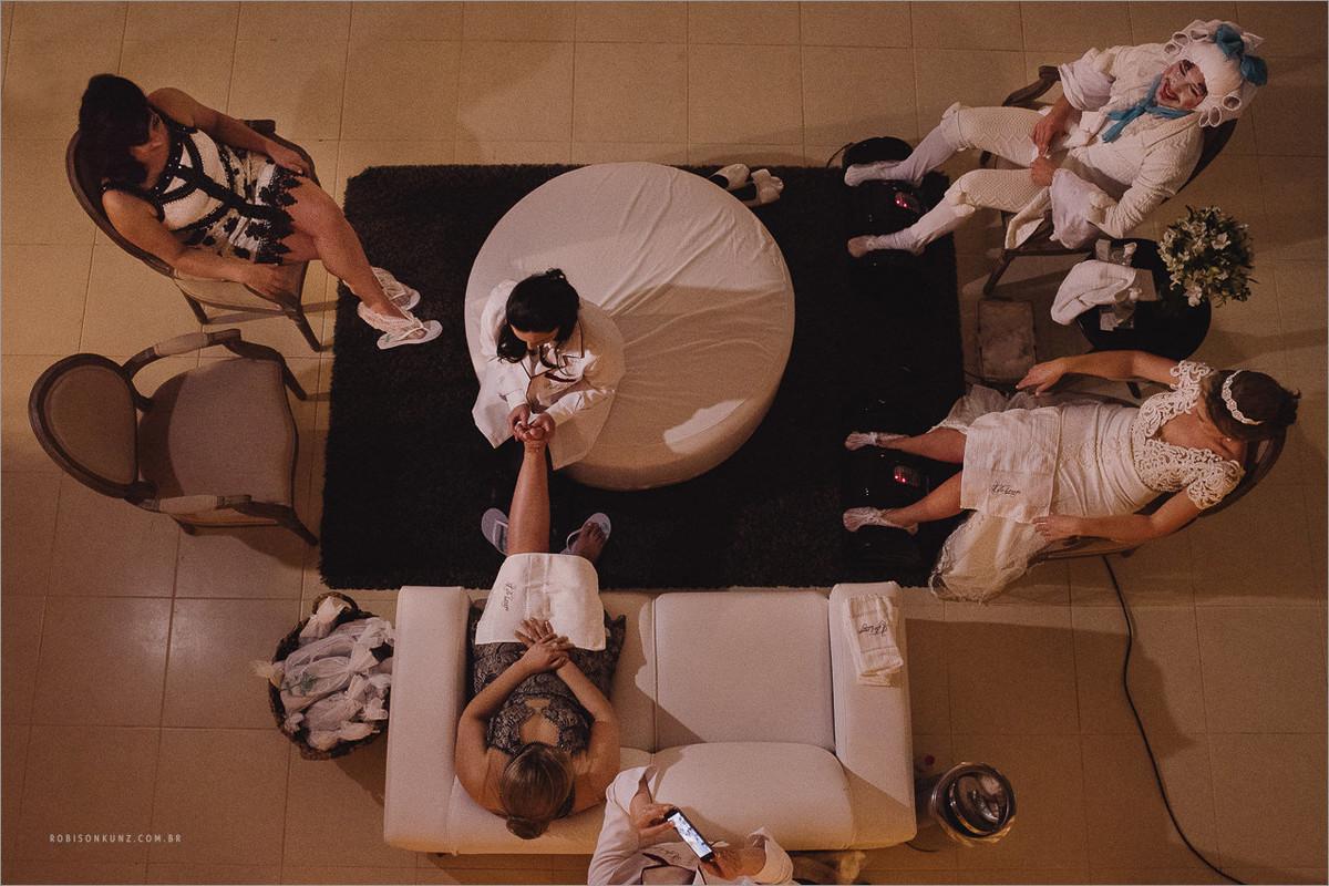 massagem nos pés durante o casamento