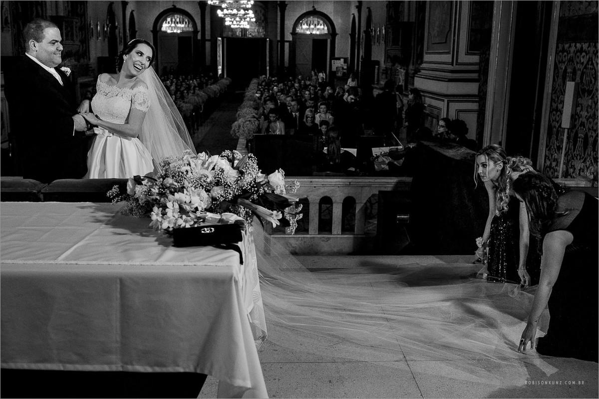 madrinhas arrumando o véu da noiva