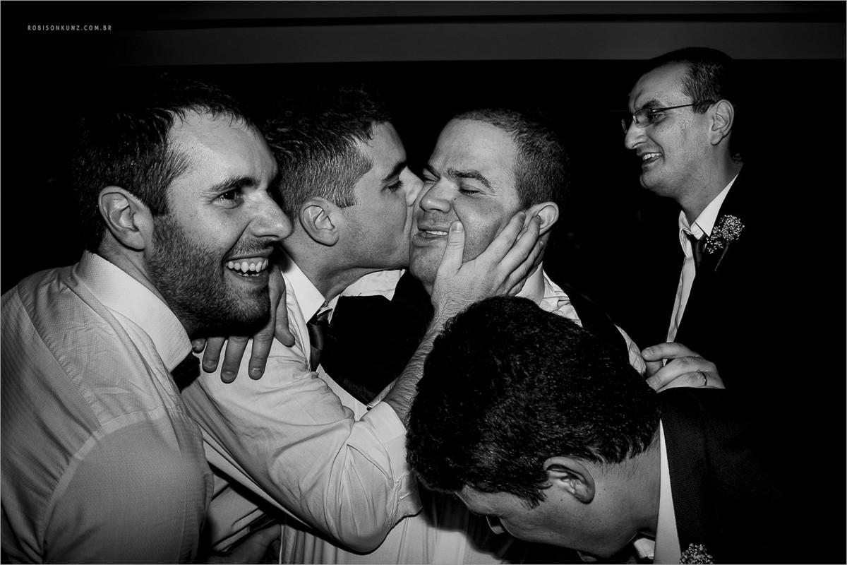 noivo e seus padrinhos na festa