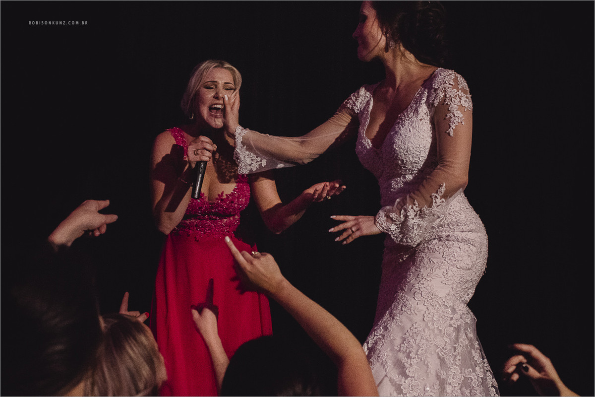 noiva cantando no palco