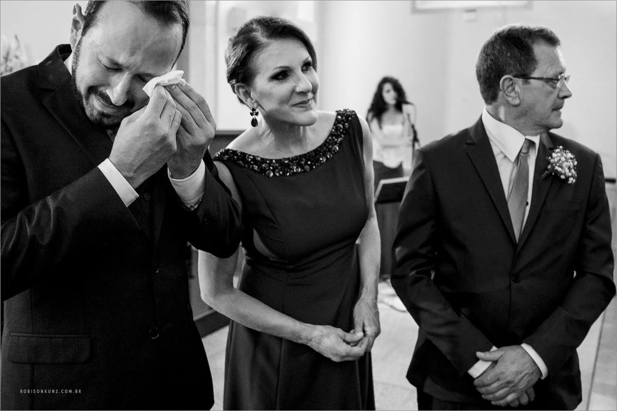 noivo emocionado na entrada da noiva