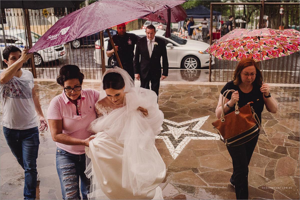 entrada da noiva com chuva
