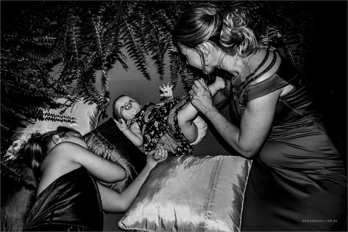 trocando as crianças durante o casamento