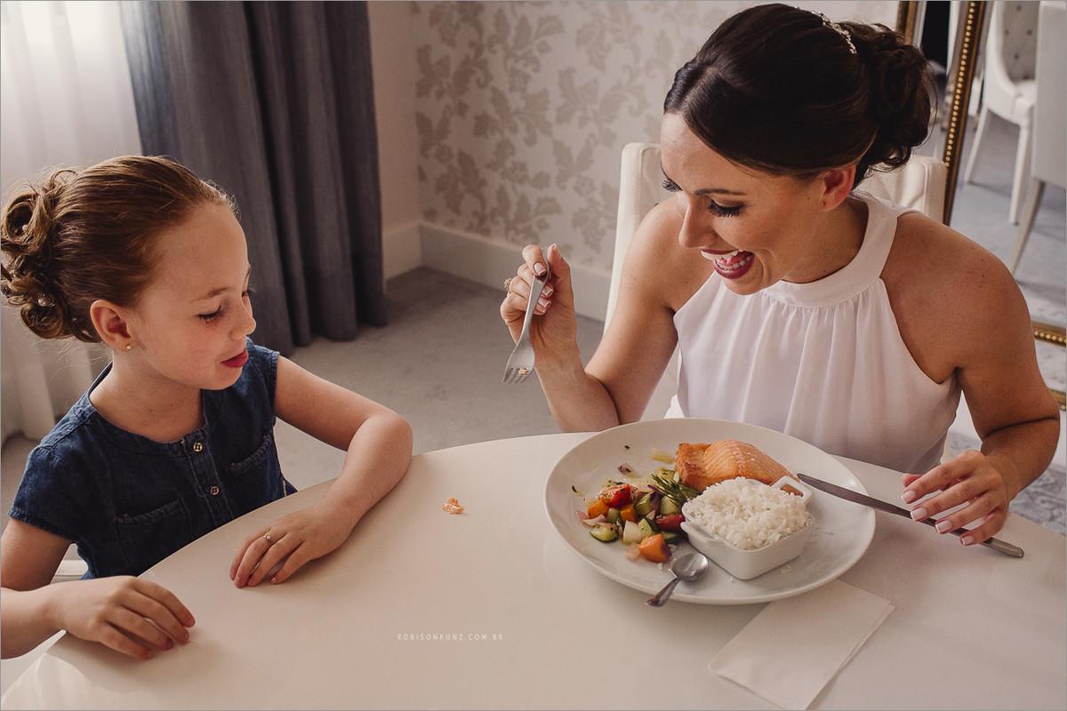noiva e aia almoçando antes do casamento