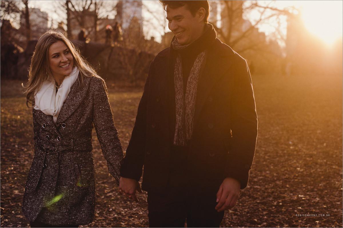 casal caminhando no central park