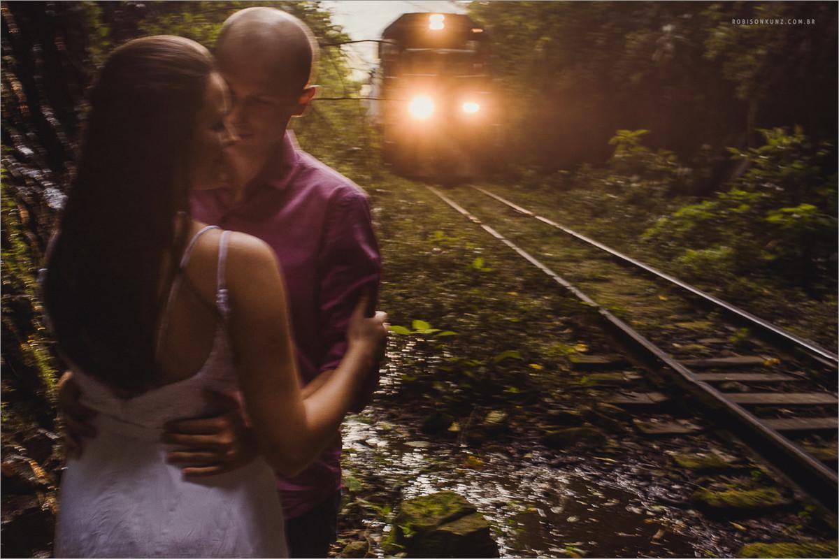 fotos de noivos nos trilhos de trem