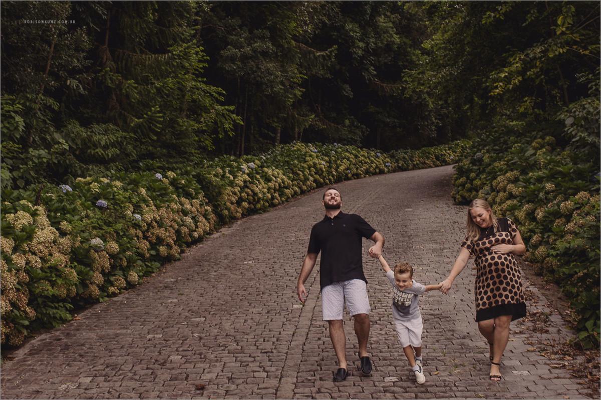 familia caminhando na serra