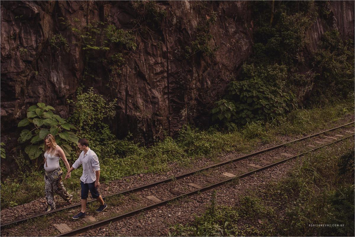 gestante caminhando no trilho de trem