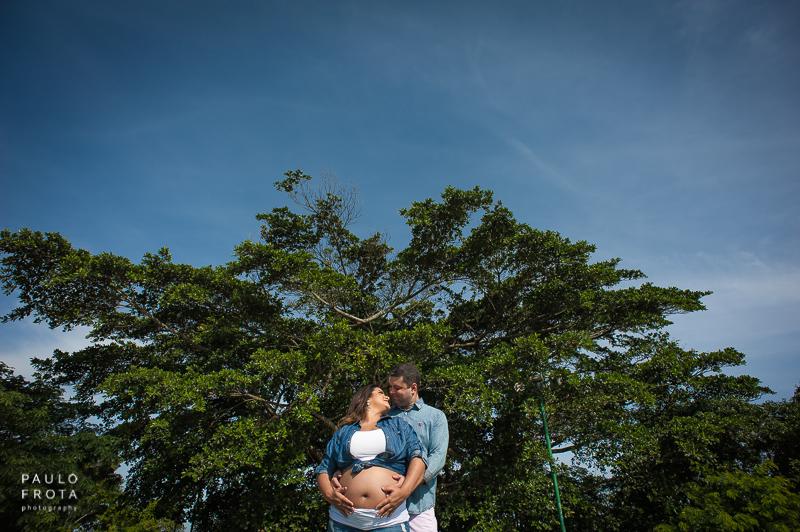 casal abraçado com arvore atrás