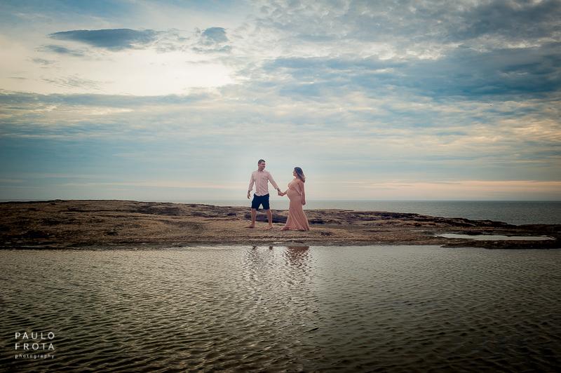 casal andando na pedra do pampo em Itacoatiara