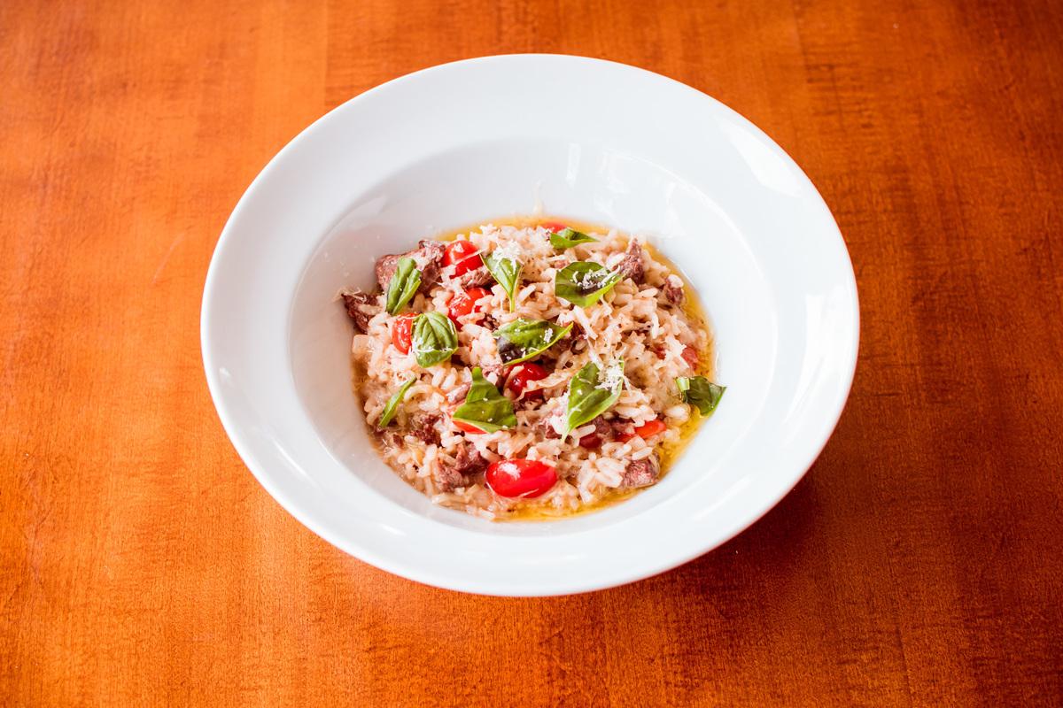 Risoto de filé mignon, alho poró e tomate cereja.