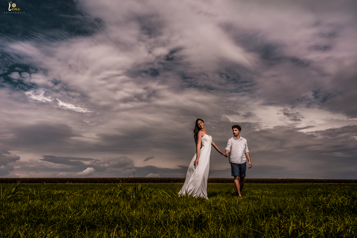 Imagem capa - Dicas de quais roupas utilizar e o que levar para o ensaio pré Wedding por Lins Fotografia