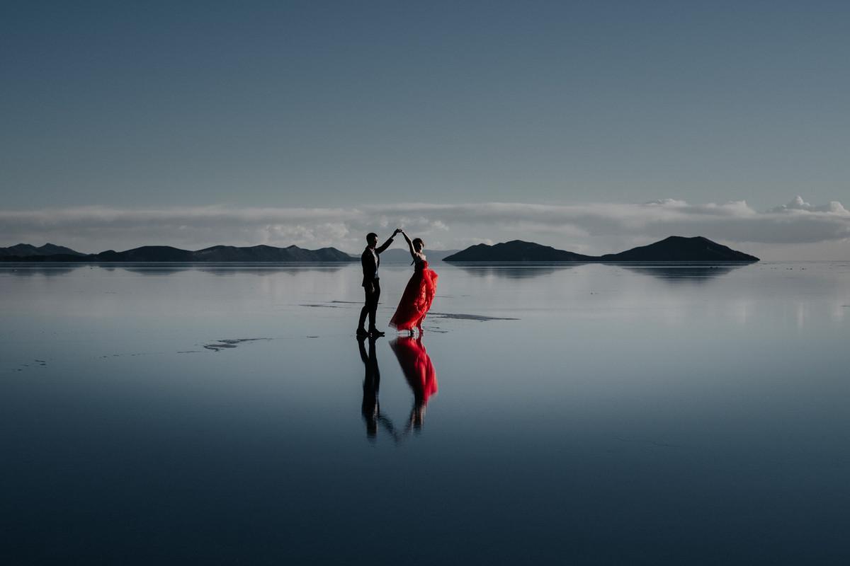 fotos de bodas aventura en uyuni reflejo de agua