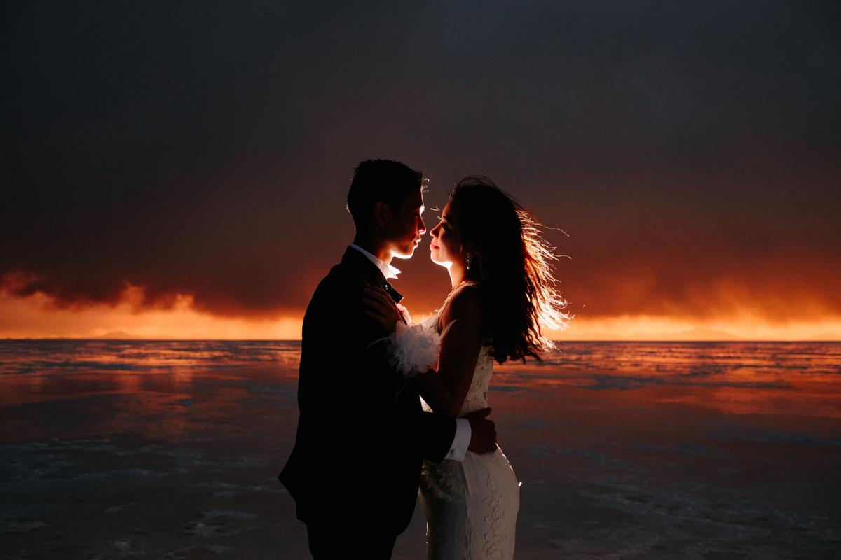 fotografia de bodas en uyuni aventura novios