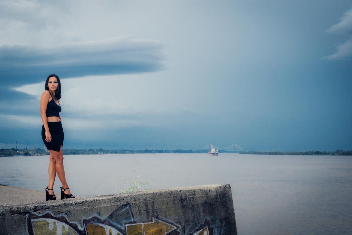 fotografía de modelo en el río paraná