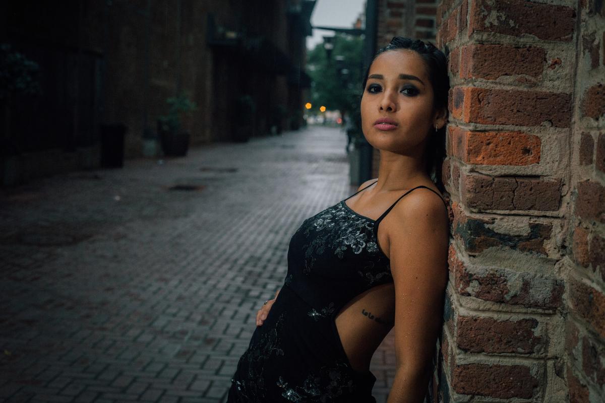 fotografía de moda con el piso mojado, vestido de noeche y nublado
