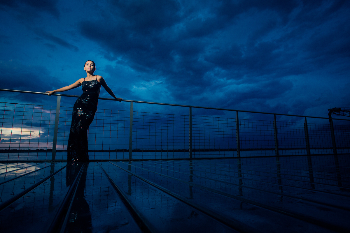 Fotografía de modelo posando en el rio un dia de tormenta con vestido negro https://www.dnxfotografia.com.ar