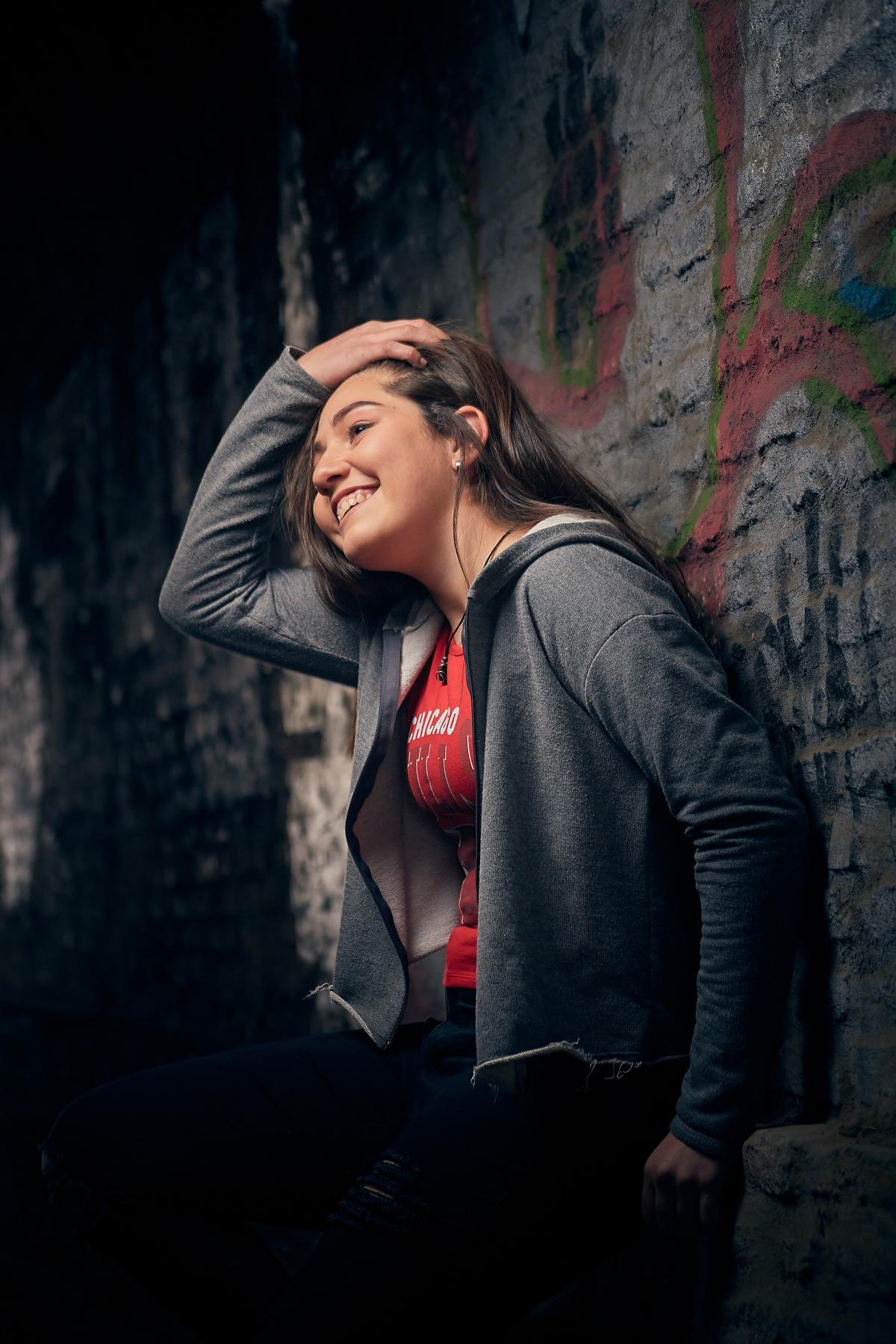 sesion de fotos de quinceañera sonriendo en tunel