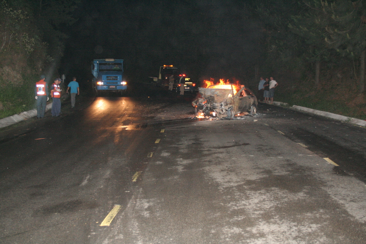 Imagem capa - O dia que perdi a CAPA - Carro pegando fogo - Muitos Sentimentos (ANO2007) por Andre Arcenio