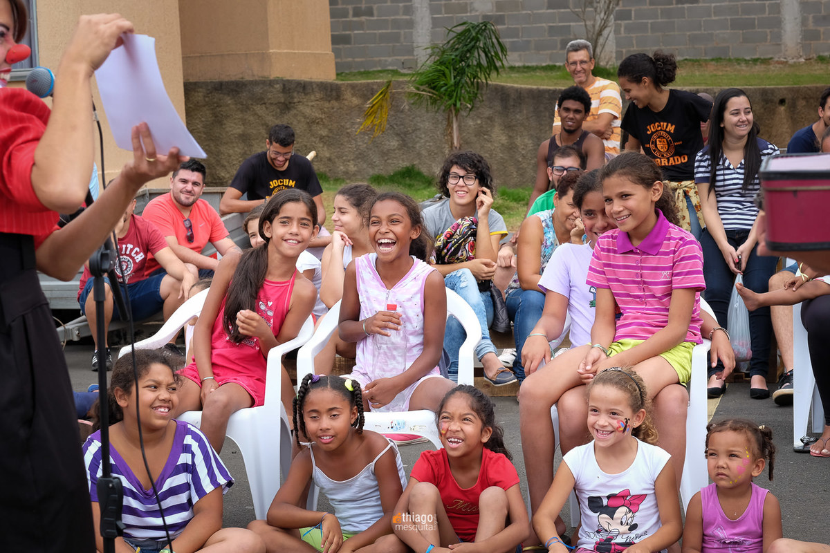 crianças sorrindo
