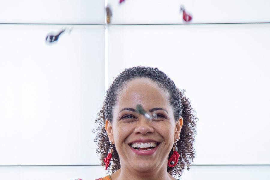 Imagem capa - Quando a Gente se veste de cor, a  Gente Re-Luz! por Cris Augusta