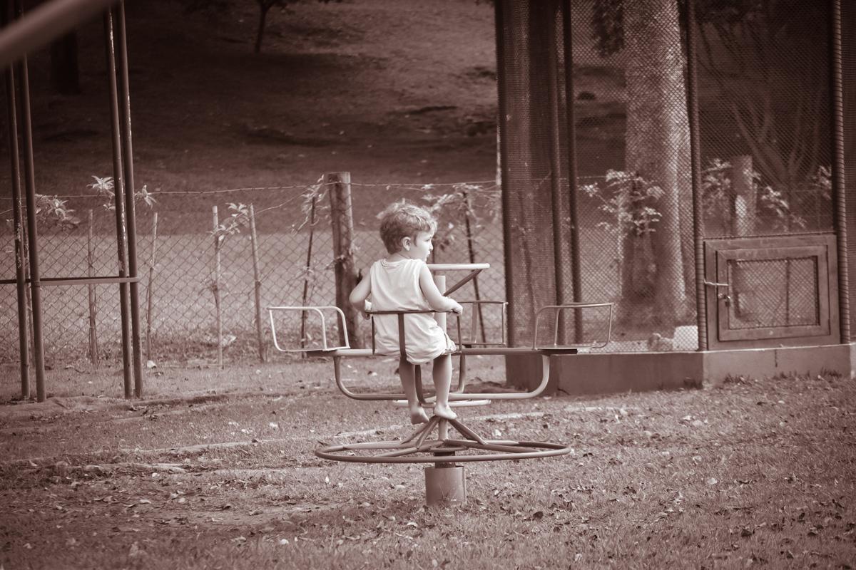 Imagem capa - A menina embaixo da mesa por Daniela Lugarinho