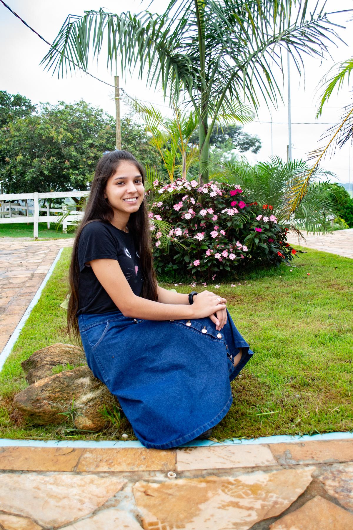 11ª Emily Toda mulher leva um sorriso no rosto e mil segredos no coração.