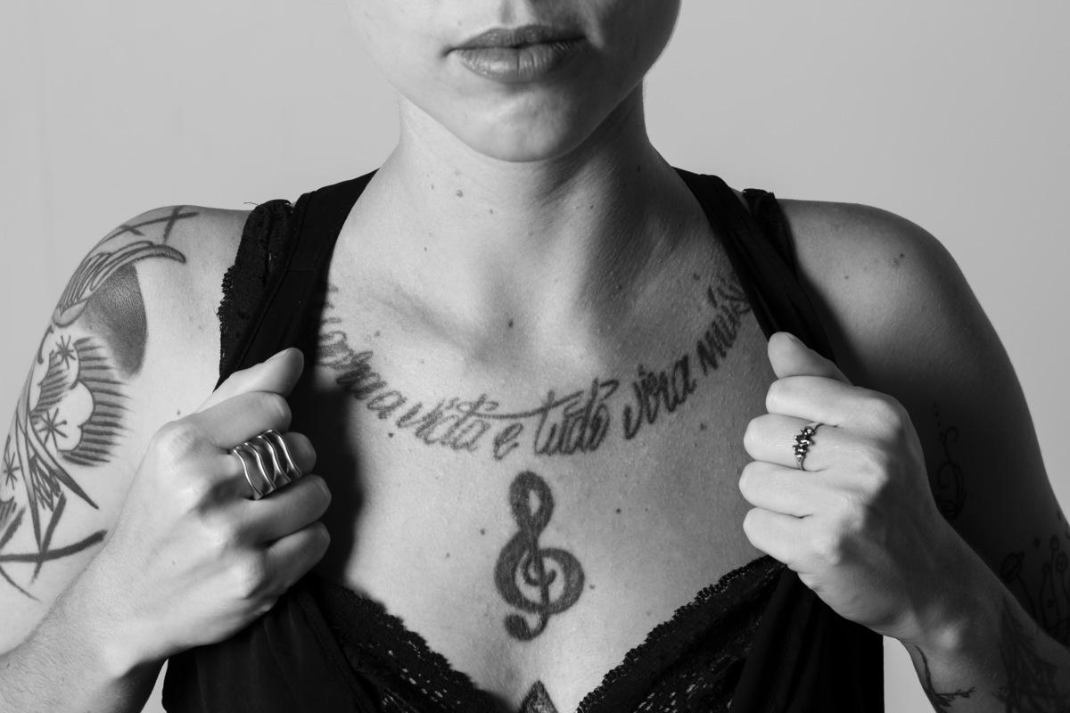 Ensaio feminino em estúdio, modelo com tatoo, foto preto e branco