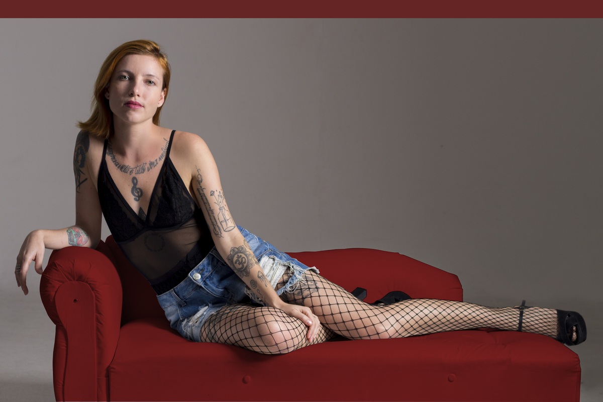 Ensaio feminino em estúdio, na cidade de São Paulo, beleza ruiva, sofá vermelho, estilo rock in roll