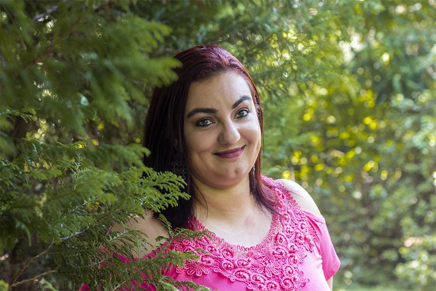 Fotos de um ensaio feminino, no parque. Retrato feminino entre as árvores