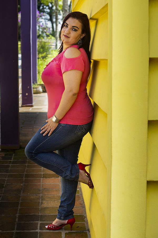 Ensaio feminino, foto com pose parede amarela
