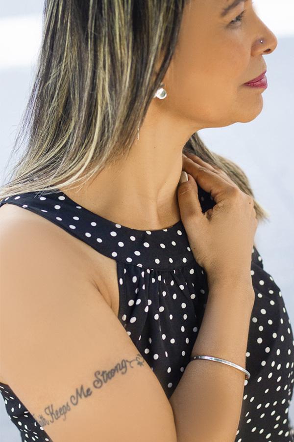 Ensaio feminino, na avenida paulista com bracelete da Canto Cinco