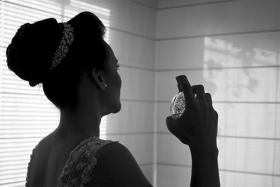 Making off da noiva, noiva se perfumando foto em preto e branco