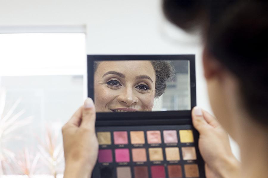 Making off da noiva, se vendo no espelho de porta sombras