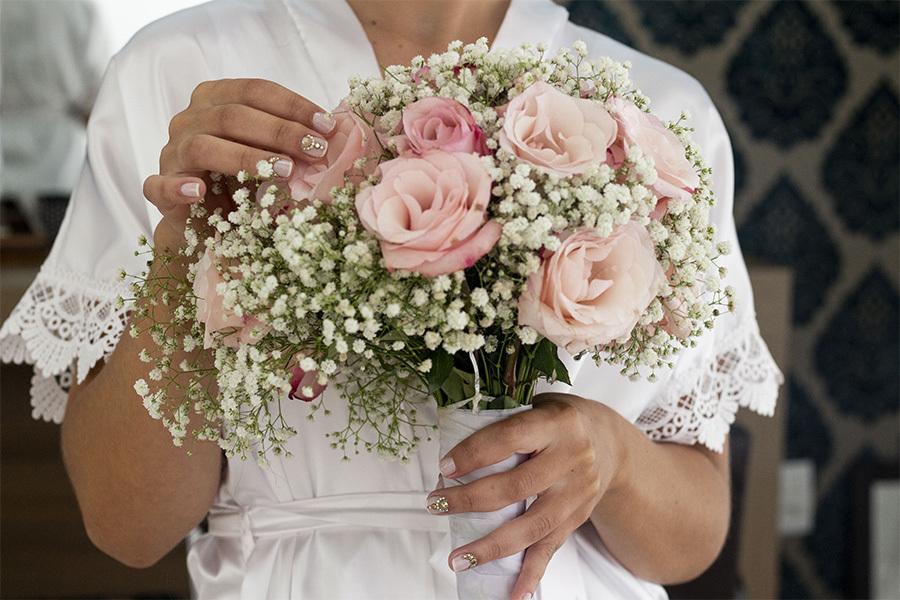 Making off da noiva, noiva de bobes segurando o buque de flores