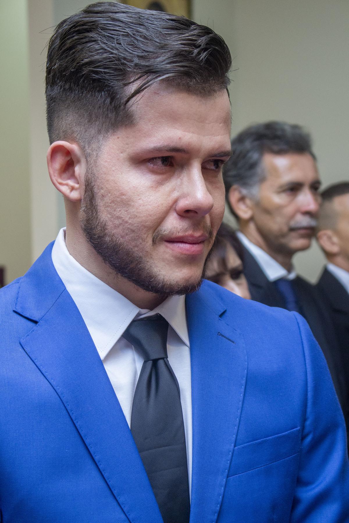 Noivo chora ao ver a noiva entrar na cerimonia de casamento