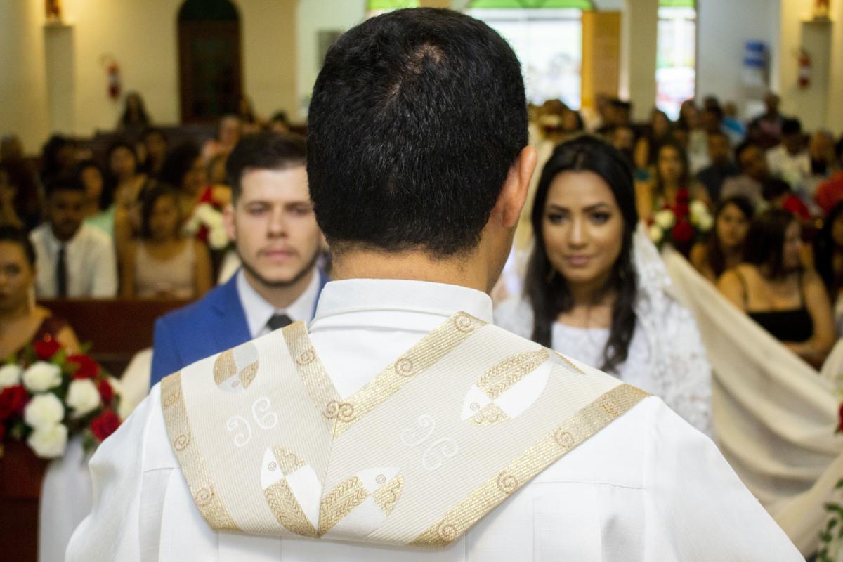 Casamento Bruno e Thalia na capela, noivos e padre no altar