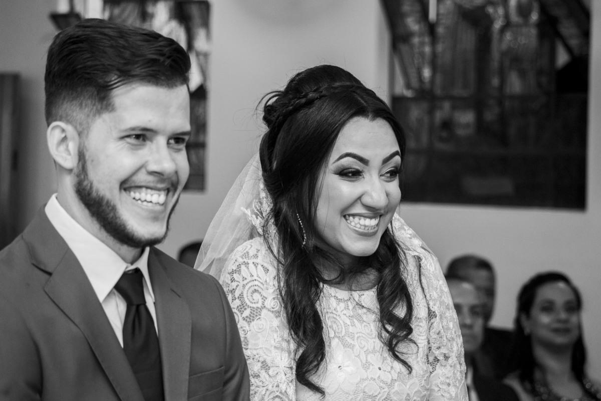 Casamento Bruno e Thalia na capela, noivos sorrindo no altar
