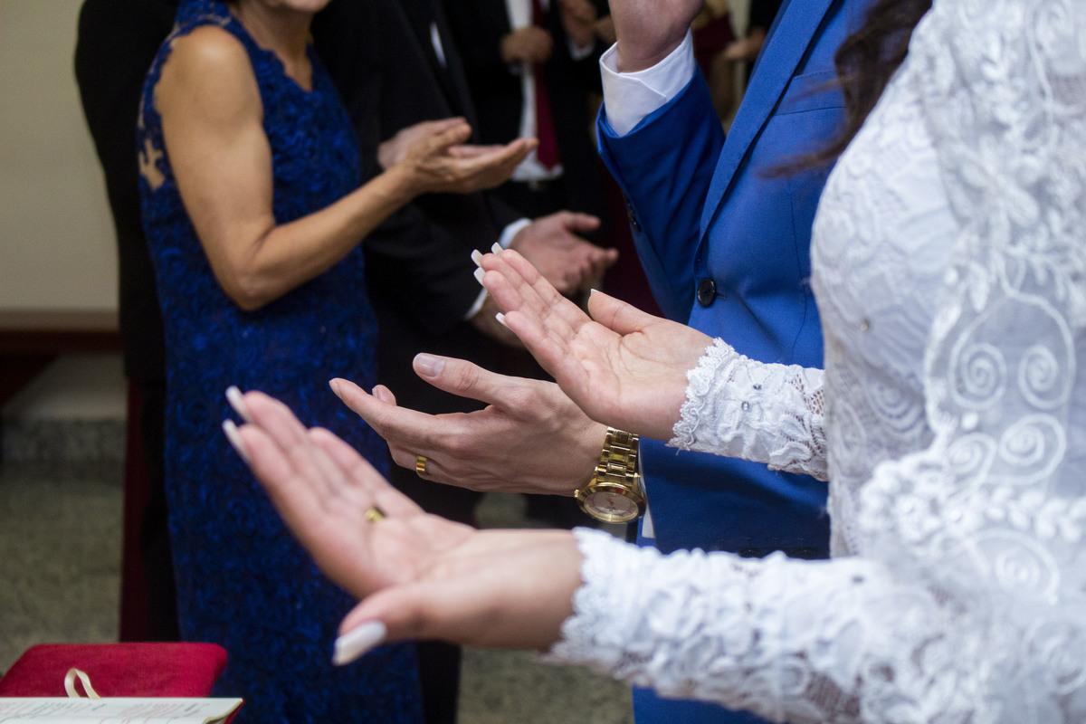 Casamento Bruno e Thalia na capela, recebendo a benção