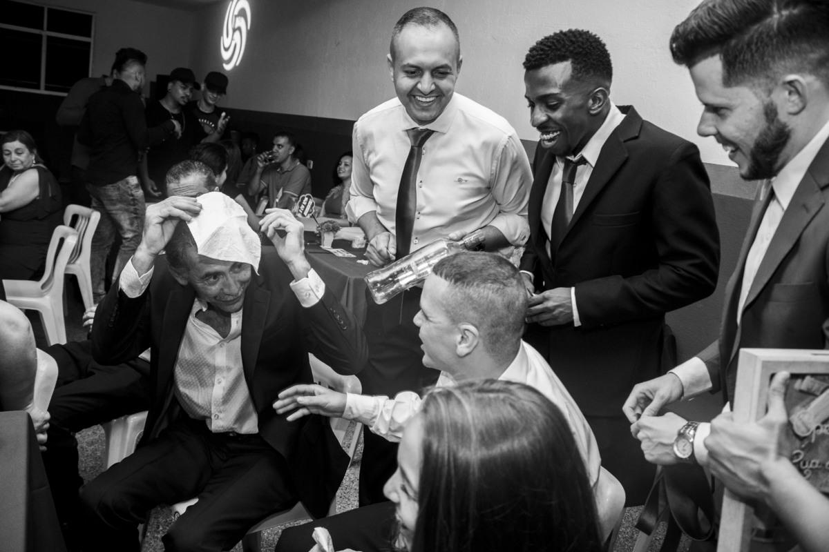 Casamento Bruno e Thalia, Passando a gravata de dinheiro