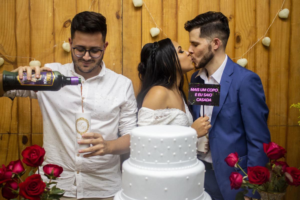 Casamento Bruno e Thalia, convidado se consola na bebida kkkkkkk