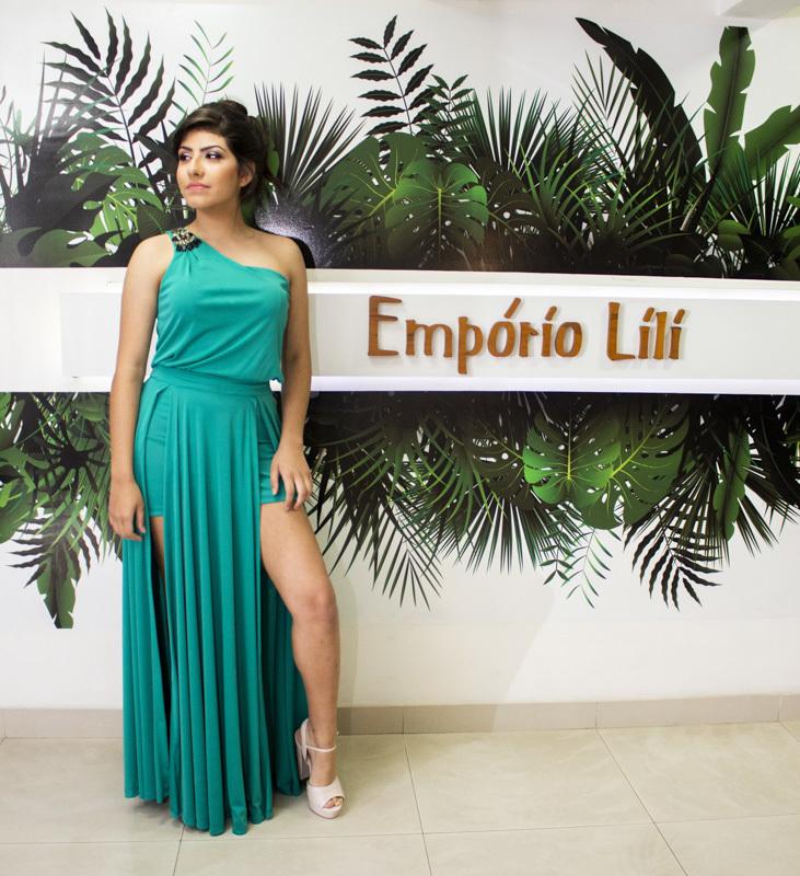 Ensaio feminino com vestido de Festa verde na loja empório Lili, em Santo André