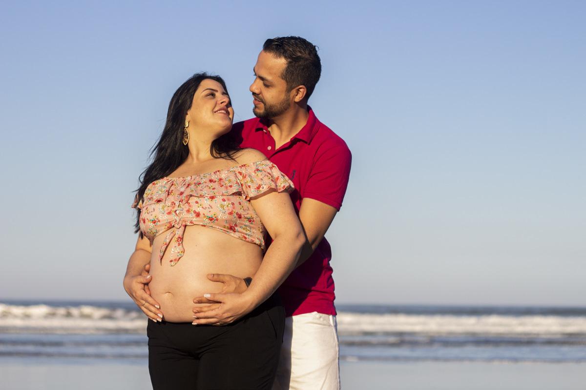 Ensaio gestante na praia, cropped rosa, com o casal