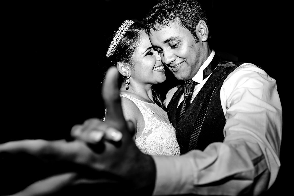 Imagem capa - Noivos na festa: Momentos inesquecíveis por Tomaz Fotografias