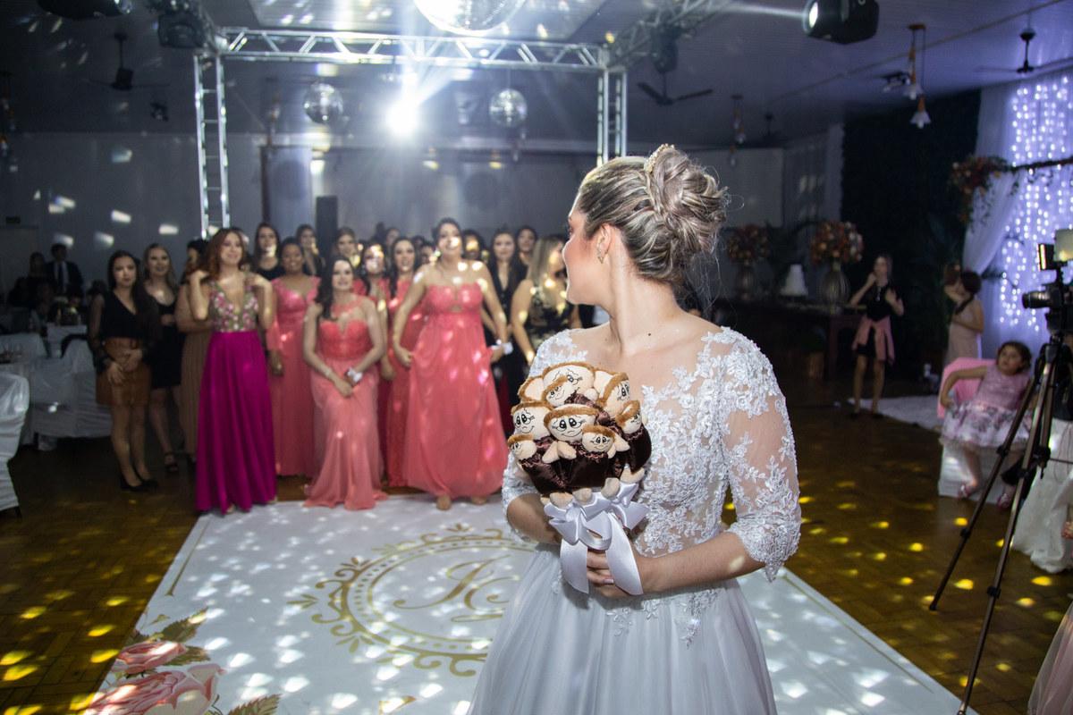 Imagem capa - Tradição de casamento  |   Como tornar a hora de jogar o buquê mais divertida por Rafael Bede Meirelles