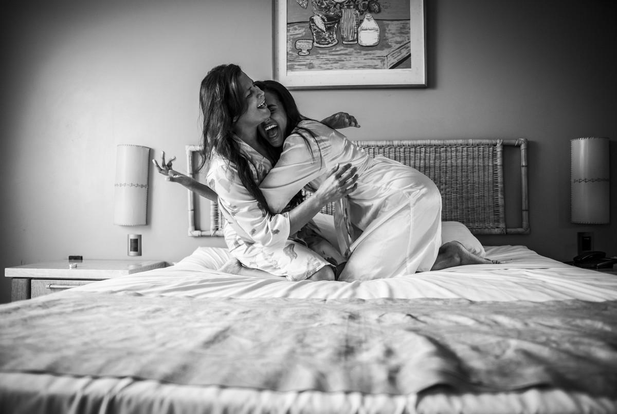 Noiva e mãe da noiva descontraídas na cama do quarto do Hotel Dorisol,em Piedade - PE, por Rafaelly Lemos