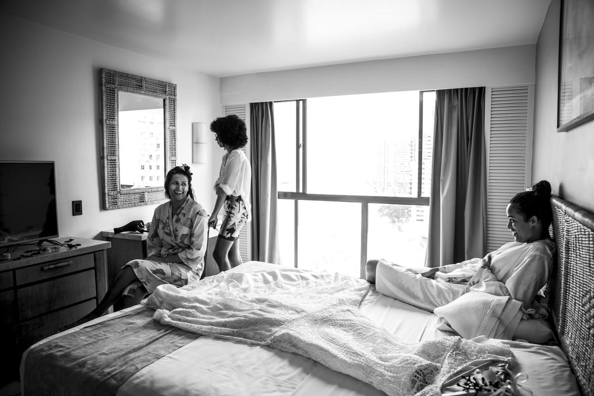 Noiva, mãe da noiva e cabeleireira no quarto do Hotel Dorisol,em Piedade - PE, por Rafaelly Lemos