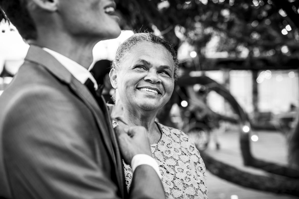 Close do olhar da mãe do noivo para o noivo na entrada da noiva no Pier 31 em Barra de Jangada - PE, por Rafaelly Lemos